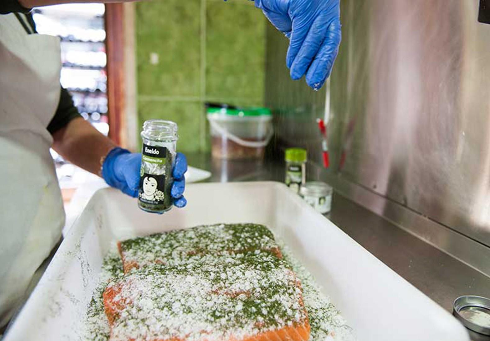 Carmencita cocina con restaurante Rosas, salmón marinado, Alicante.