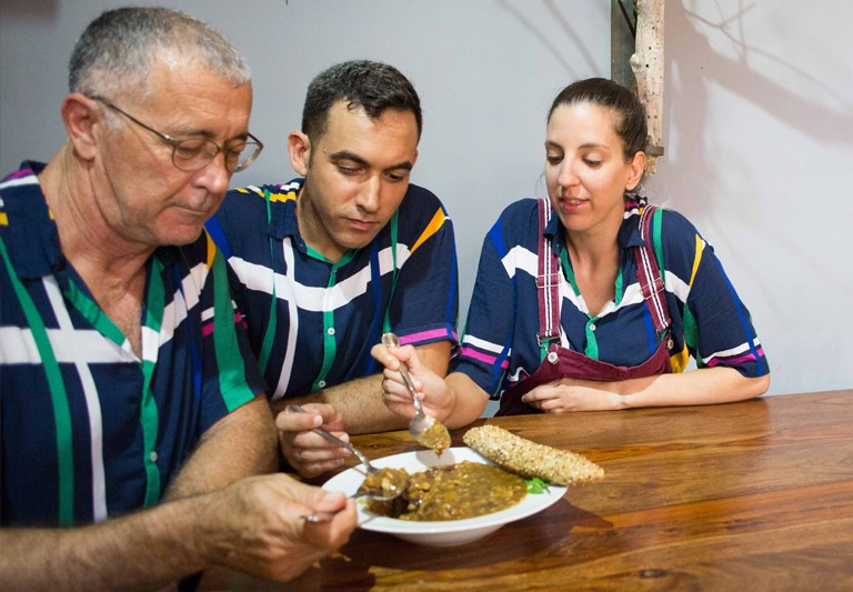 Carmencita cocina con el equipo de La Bamba Gastrobar de Alicante