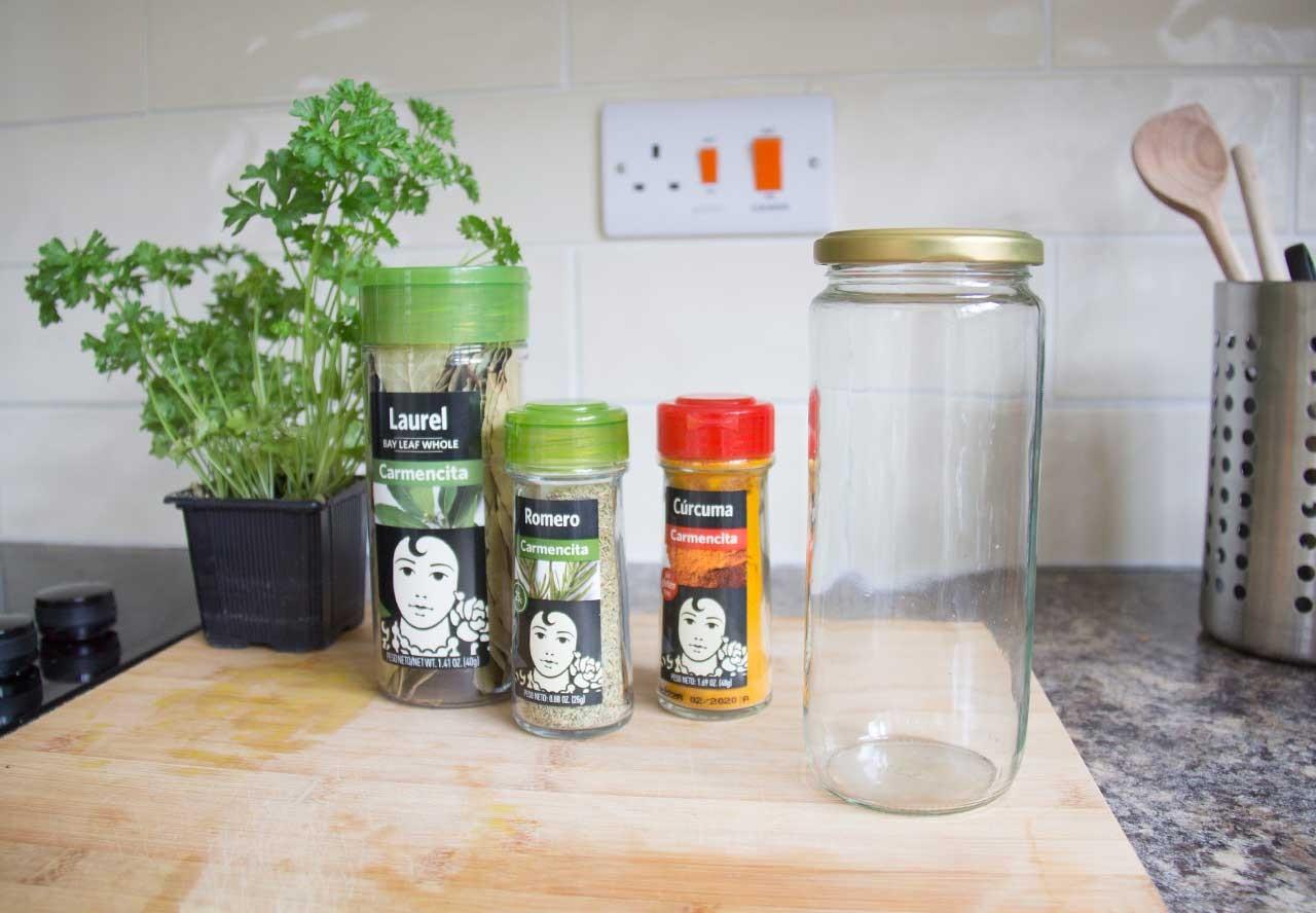 Caldo de verduras concentrado con laurel, romero y cúrcuma