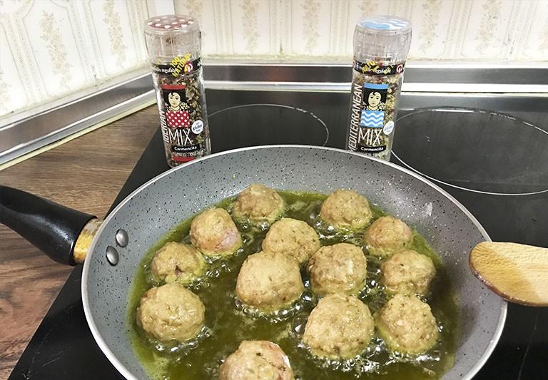 """Carmencita en la cocina de Lola: """"Albóndigas con tomate"""""""
